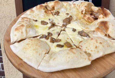 Пицца с белыми грибами и трюфельным маслом